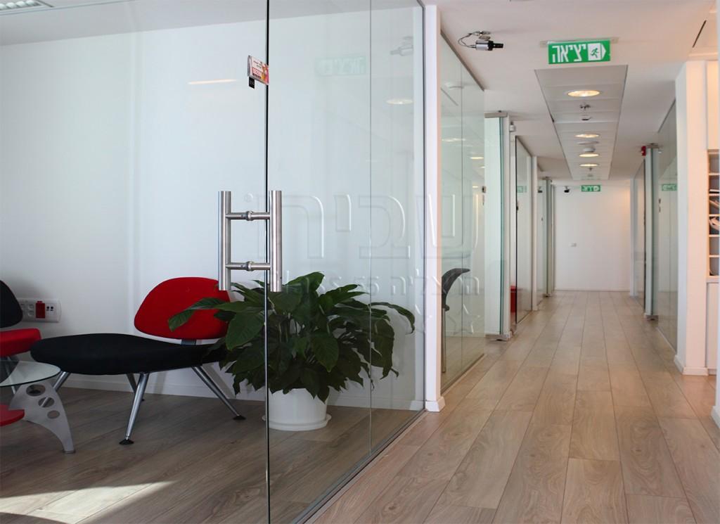 דלתות ווטרינות משרדיות