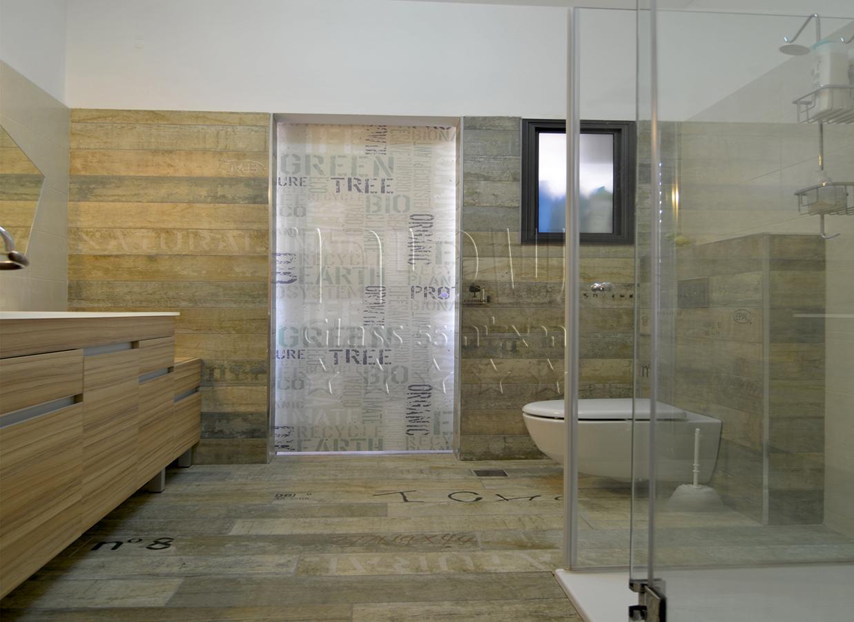 מקלחון מעוצב מזכוכית לאמבטיה של שבירו זכוכיות בע''מ