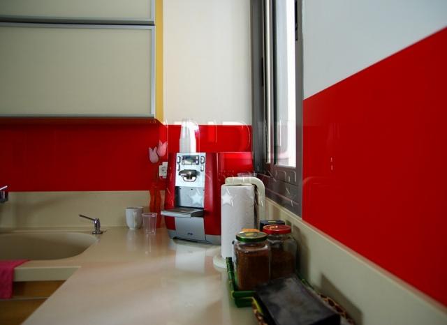 חיפוי זכוכית למטבח בצבע אדום