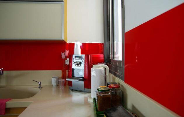 חיפוי זכוכית אדום למטבח