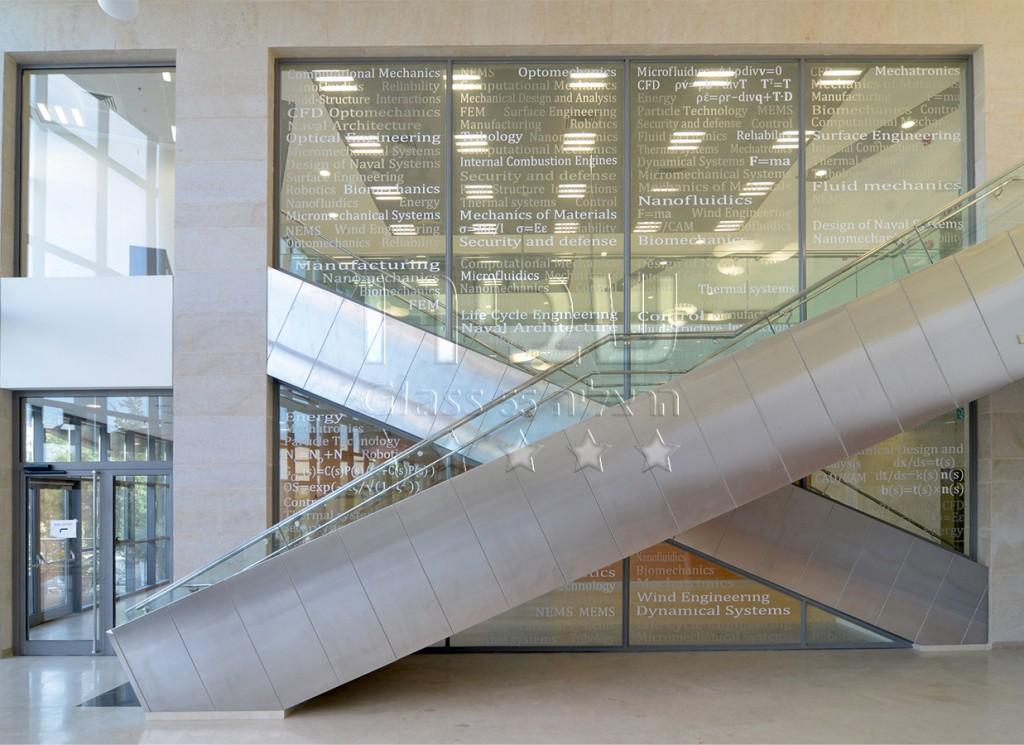 חיפוי קיר זכוכית בבניין משרדים