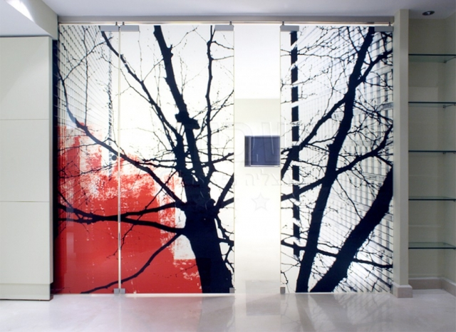 מחיצה זכוכית מעוצבת עם הדפסה קרמית
