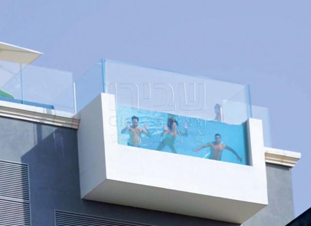 מעקות זכוכית לבריכה על הגג במלון אינדיגו עם דופן אקריליק
