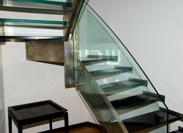מעקות זכוכית מנטים על שדרת מתכת קונזולית