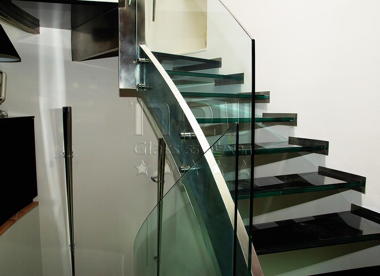 מעקות זכוכית למדרגות ממנטים על שדרת מתכת קונזולית 2