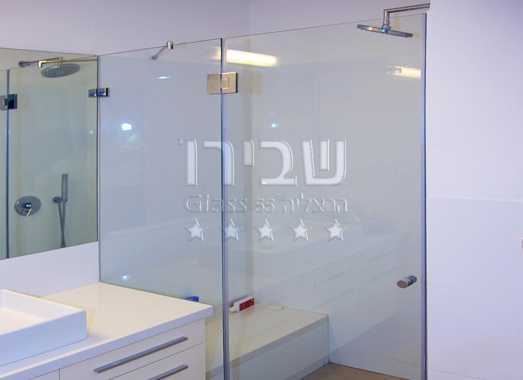 מקלחון דלת וקבוע עם פינוי לספסל בנוי