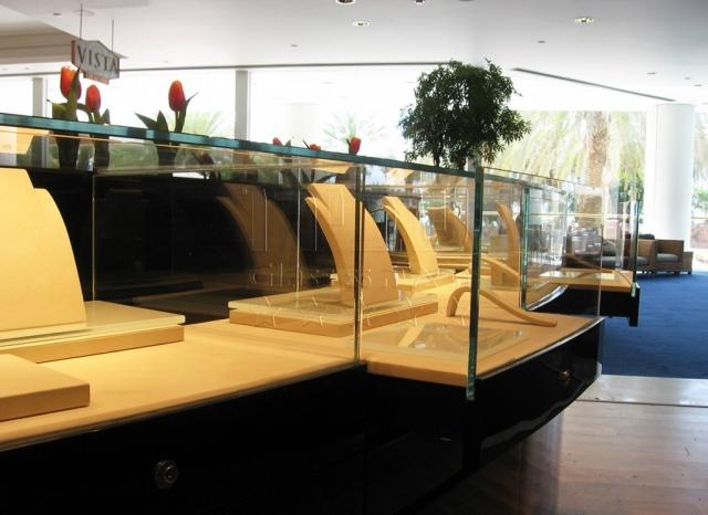 מעקות זכוכית ממתקני תצוגה לתכשיטים