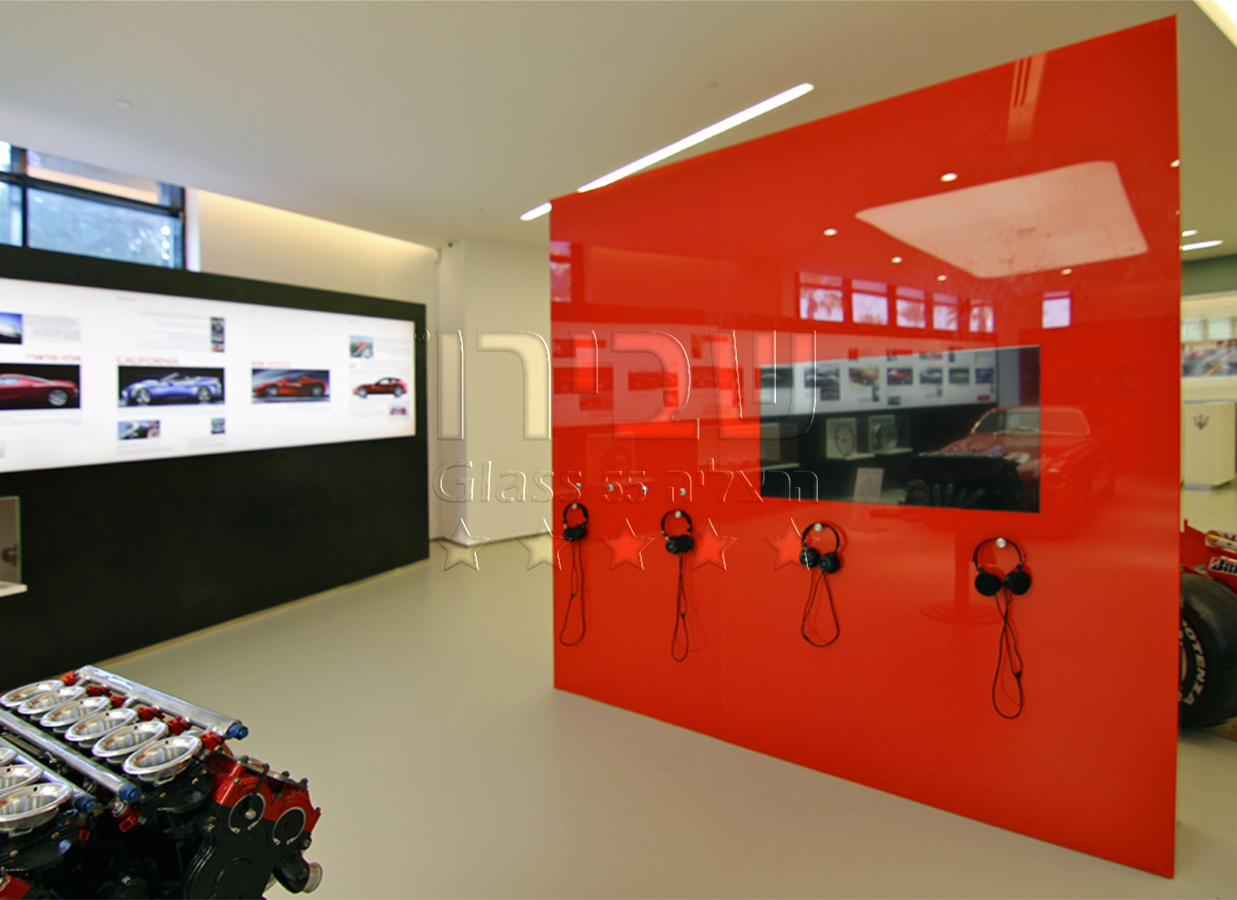 חיפוי זכוכית בקיר תצוגה