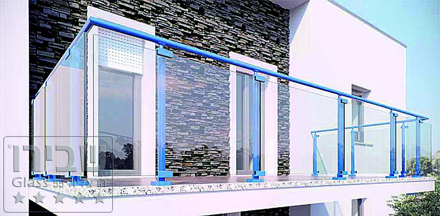מעקה זכוכית למרפסת בשילוב עמודים כחולים