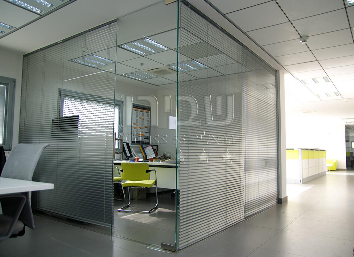 דלתות הזזה מזכוכית לחדר ישיבות
