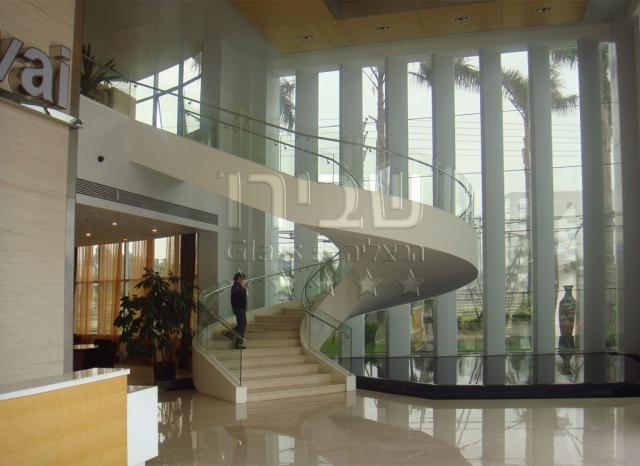 מעקה זכוכית מכופף במהלך מדרגות