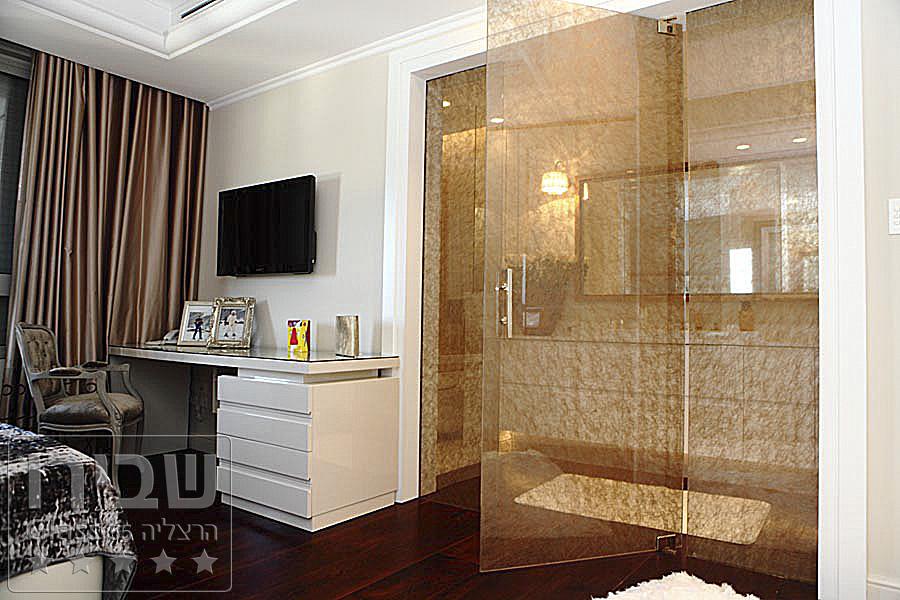 ויטרינה זכוכית הפרדה בין חדר שינה לחדר רחצה הכוללת דלת וקבועים