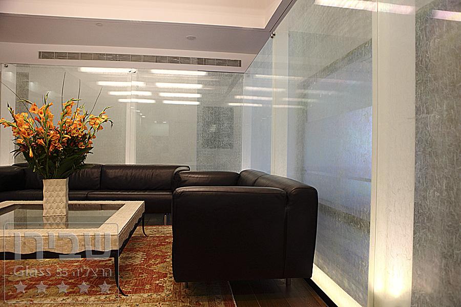 מחיצות זכוכית אחוזות במנטים על גבי קונסטרוקציה