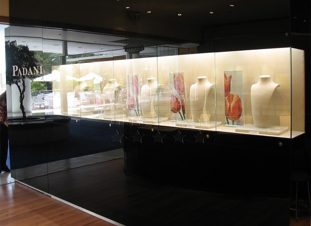 ארונות תצוגה מוארים מזכוכית