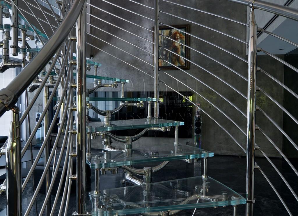 גרם מדרגות זכוכית עם פרזול איטלקי מעוצב