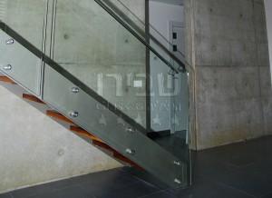גרם מדרגות עץ עם מעקה זכוכית מנטים ומאחז 3