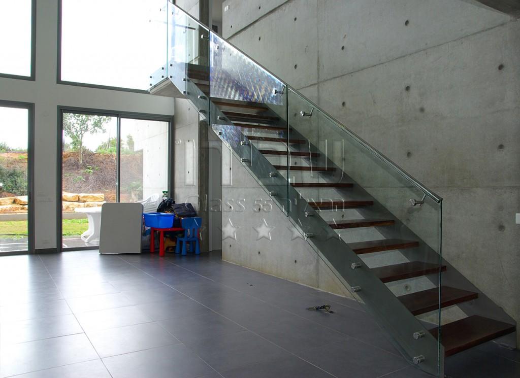 מעקה זכוכית מנטים ומאחז 4 עם גרם מדרגות