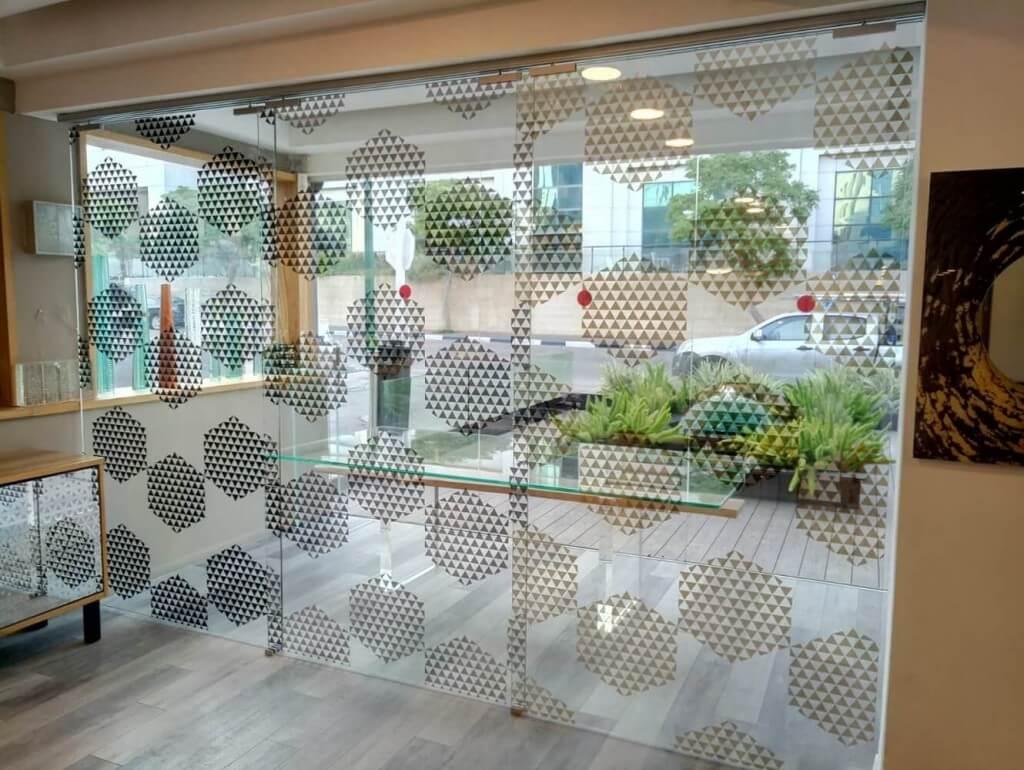 דלתות הזזה זכוכית עשויה אלומיניום