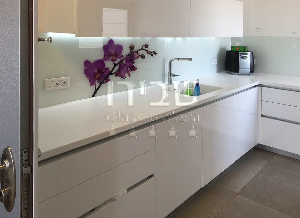 הדפסת פרחים על הזכוכית במטבח