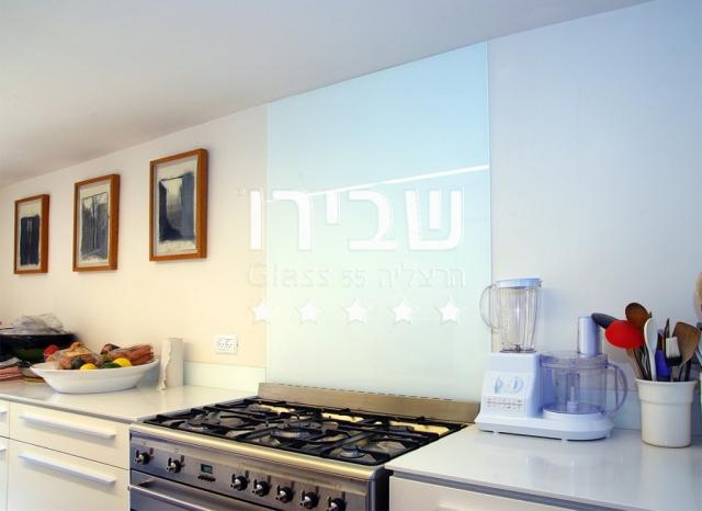 חיפוי זכוכית למטבח בצבע לבן
