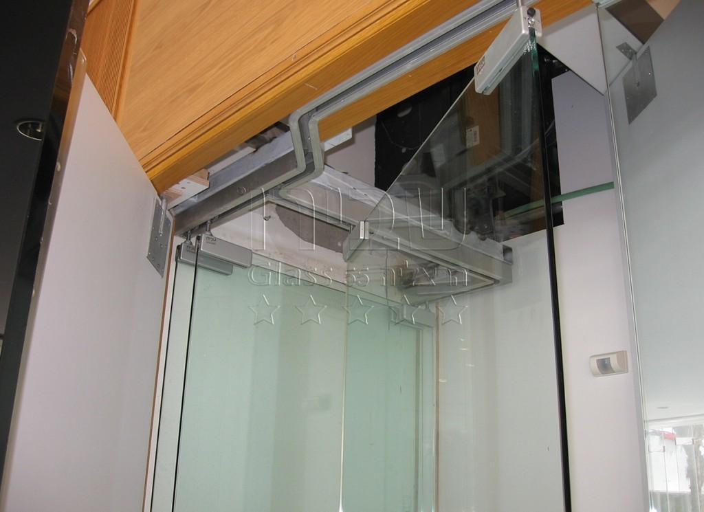 דלת זכוכית נאספת
