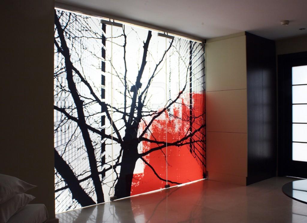 הדפסה כל זכוכית במטבח עם עץ שחור ופרחים אדומים של שבירו זכוכיות בע''מ