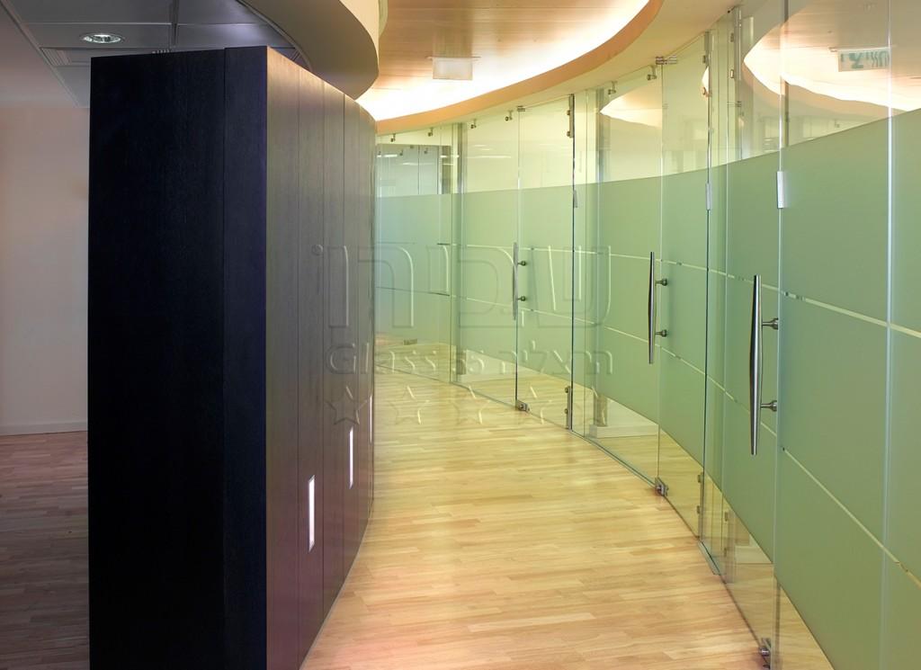 מחיצות זכוכית משרדיות מכופפות