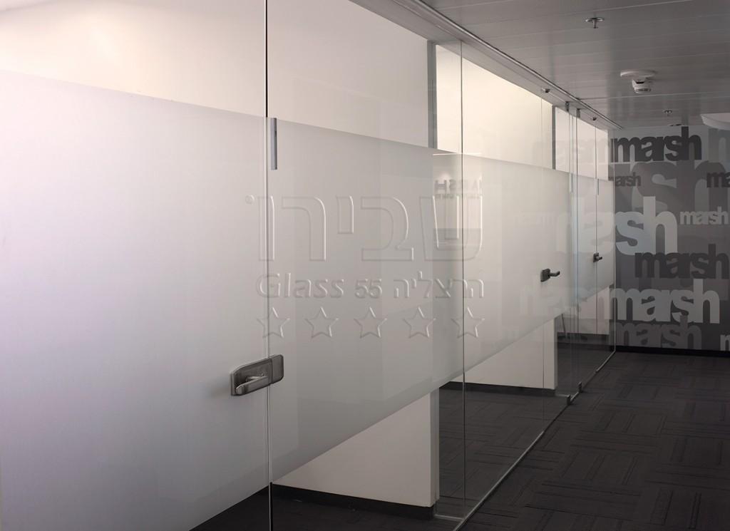 מחיצות זכוכית משרדיות עם התזת חול