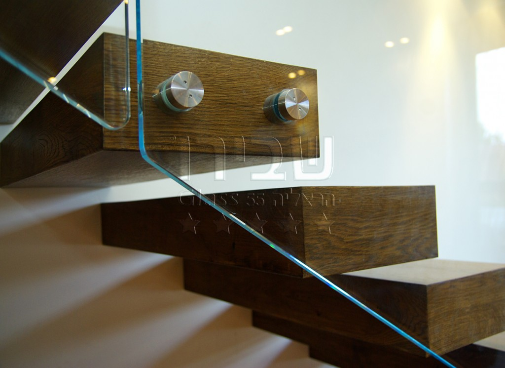 מעקה מנטים על מדרגות עץ קונזוליות 3