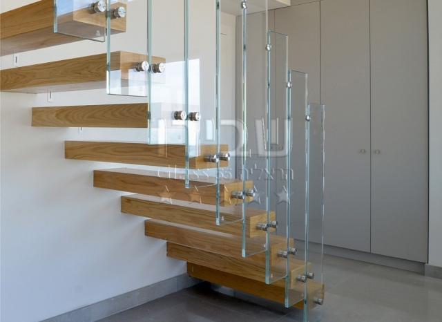 מעקה זכוכית מנטים קונזולי על מדרגות עץ