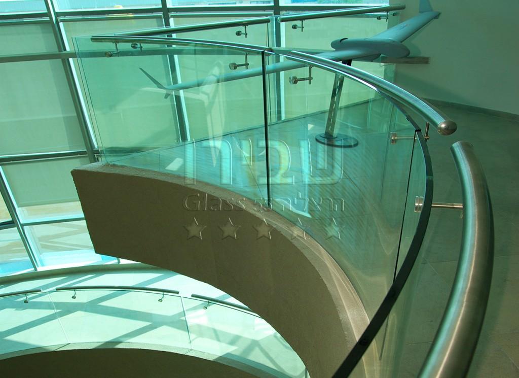 מעקות זכוכית מכופפים למרפסת