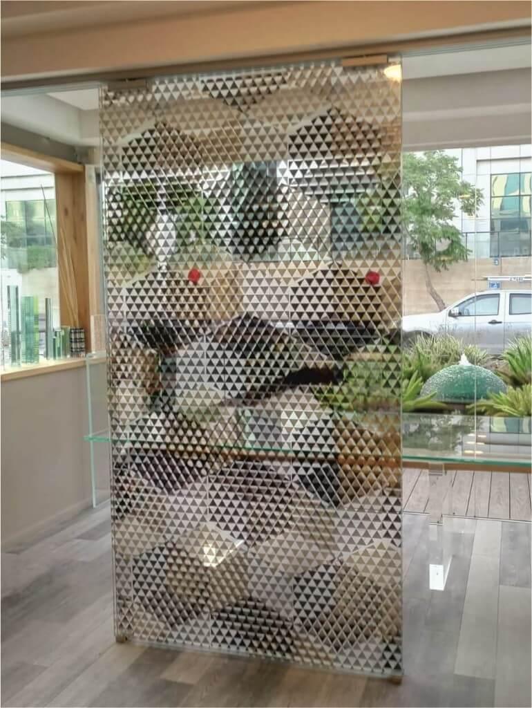 מערכת דלתות זכוכית בעיצוב ייחודי