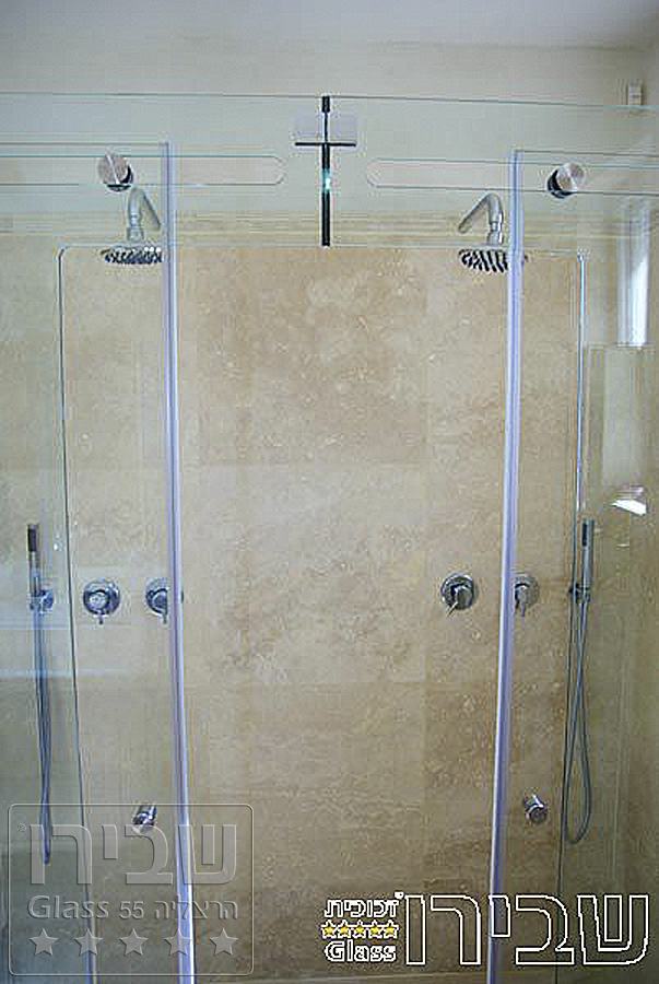מקלחון חזית מזכוכית שקופה מערכת הזזה CNC שתי דלתות בין שתי קבועים בחזית ודופן קבוע בצד למראה נקי ואלגנטי.