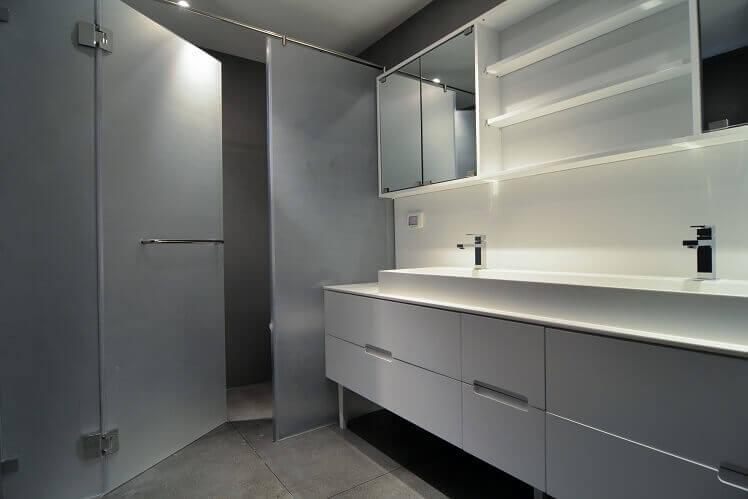 מקלחון לאמבטיה עם ארון אמבטיה