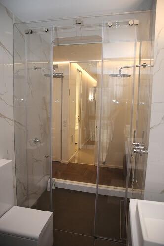 מקלחון זכוכית מעוצב לאמבטיה
