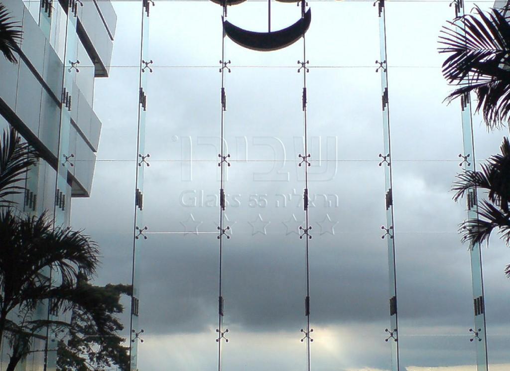 קיר מסך מזכוכית