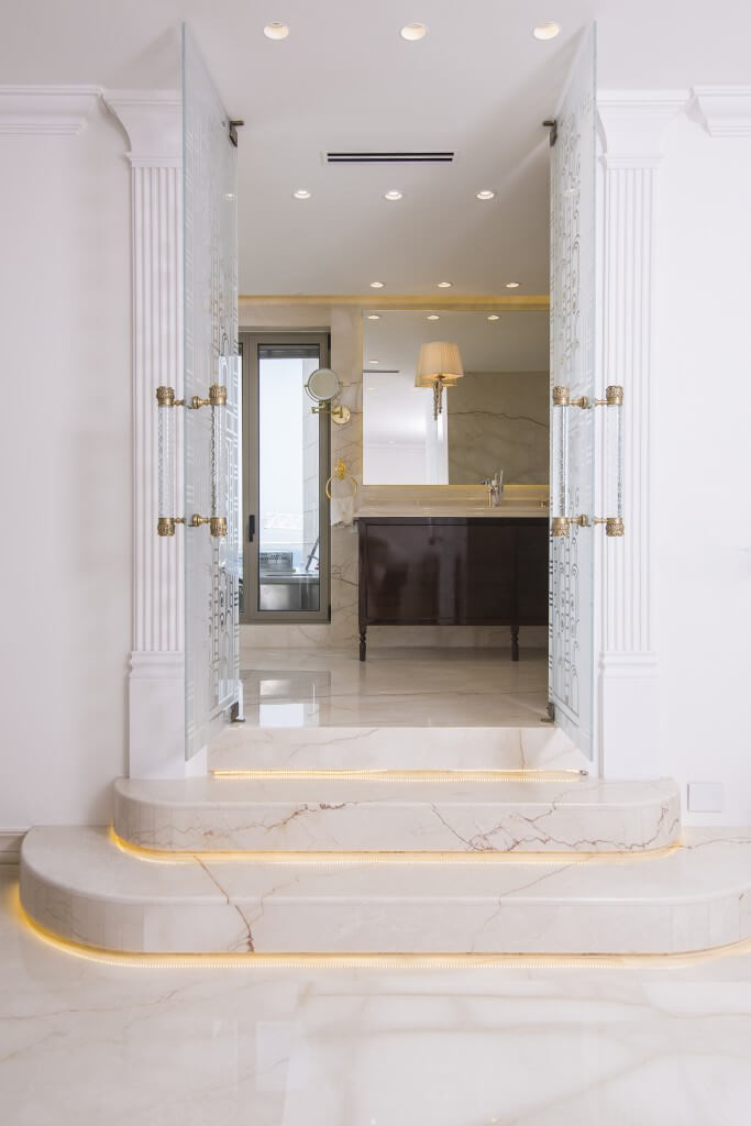 דלתות נפתחות מזכוכית מעוטרת