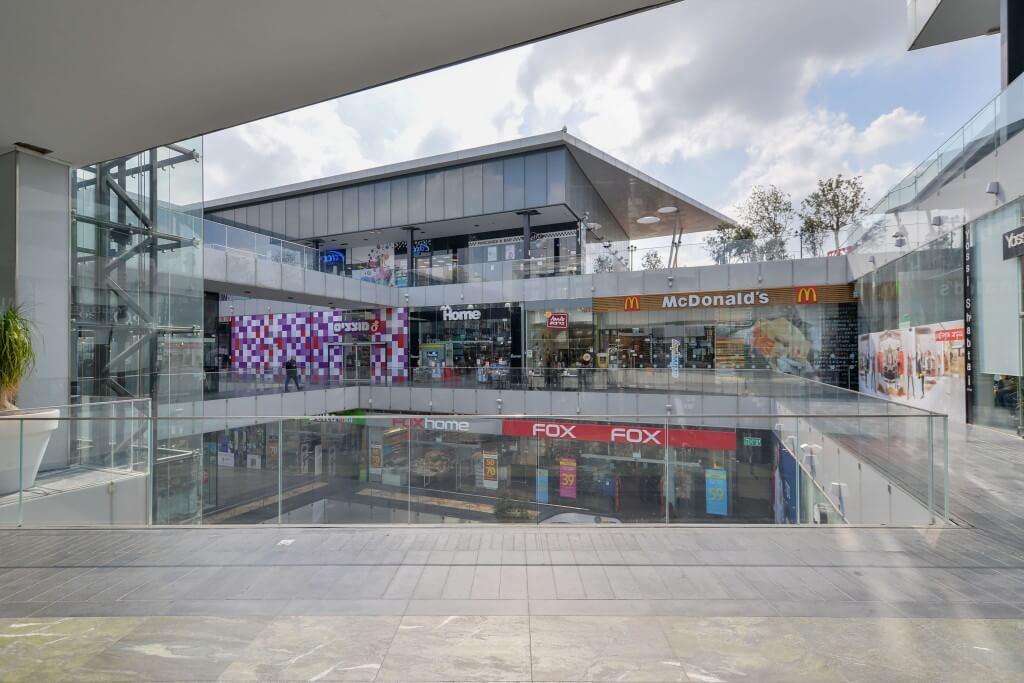 מעקות זכוכית במרכז מסחרי