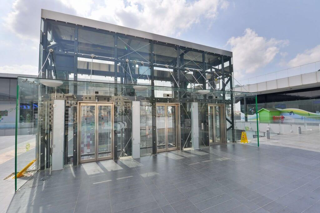 פירי מעליות מזכוכית במרכז מסחרי