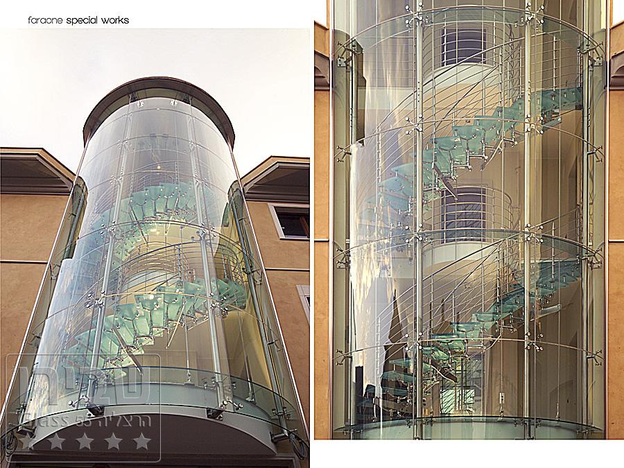 מעקות זכוכית מעוגלות למבנה גדול