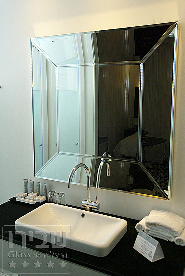 מראה מעוצבת למקלחת בגודל ייחודי