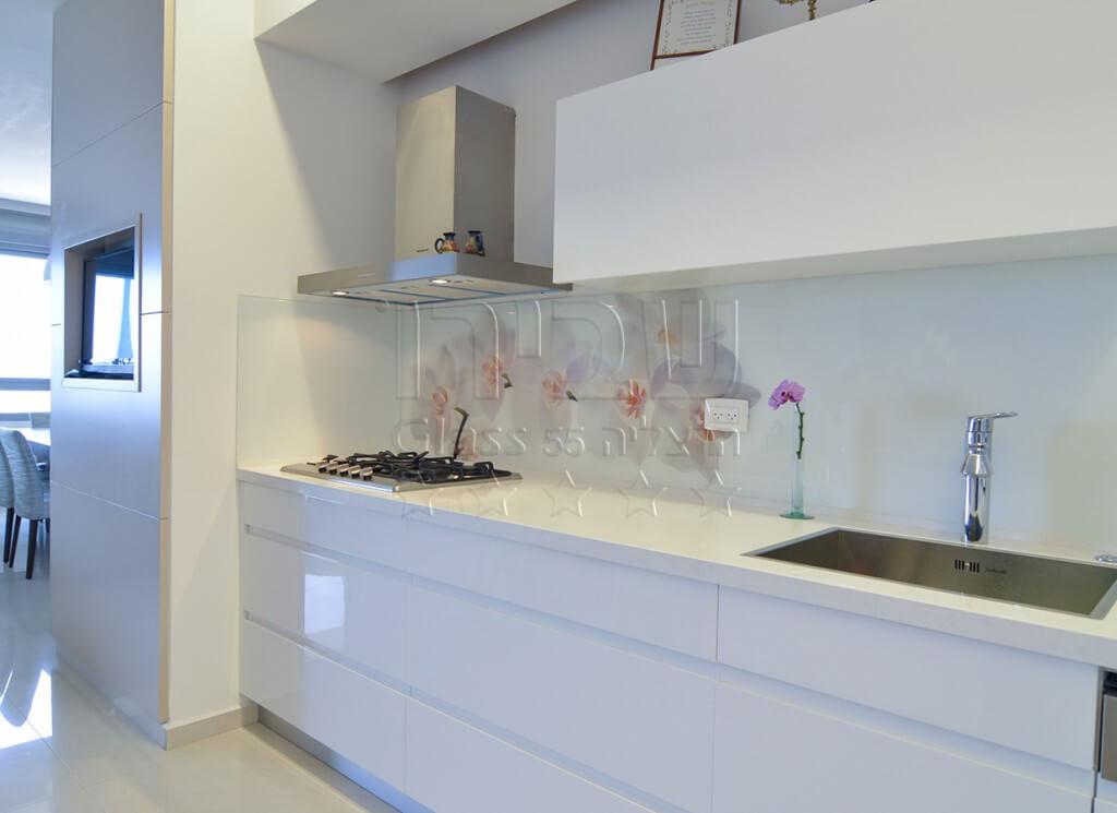 פרחים מודפסים על הזכוכית במטבח