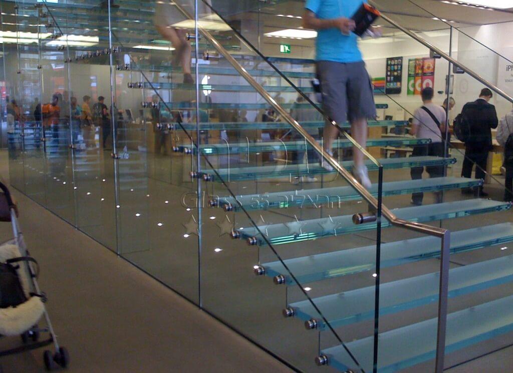 מהלך מדרגות זכוכית משולב מעקה זכוכית צידי ומאחז קונסטרוקטיבי