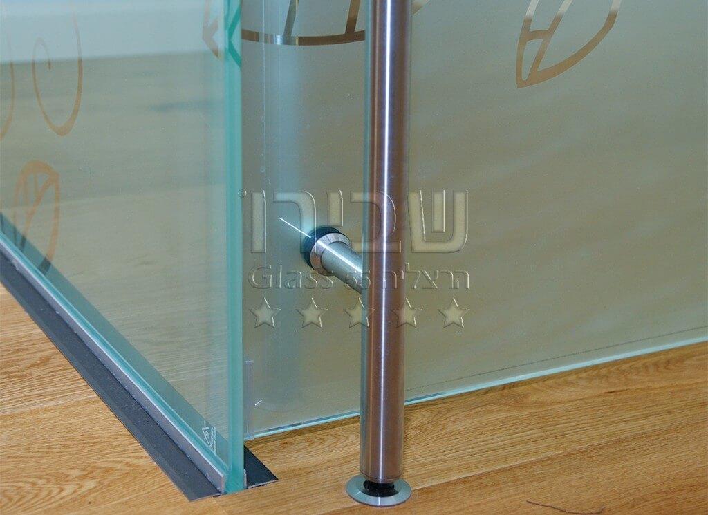 מחיצה מזכוכית בהתזת חול
