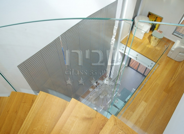 מעקה זכוכית למדרגות מכופף ספירלי 2