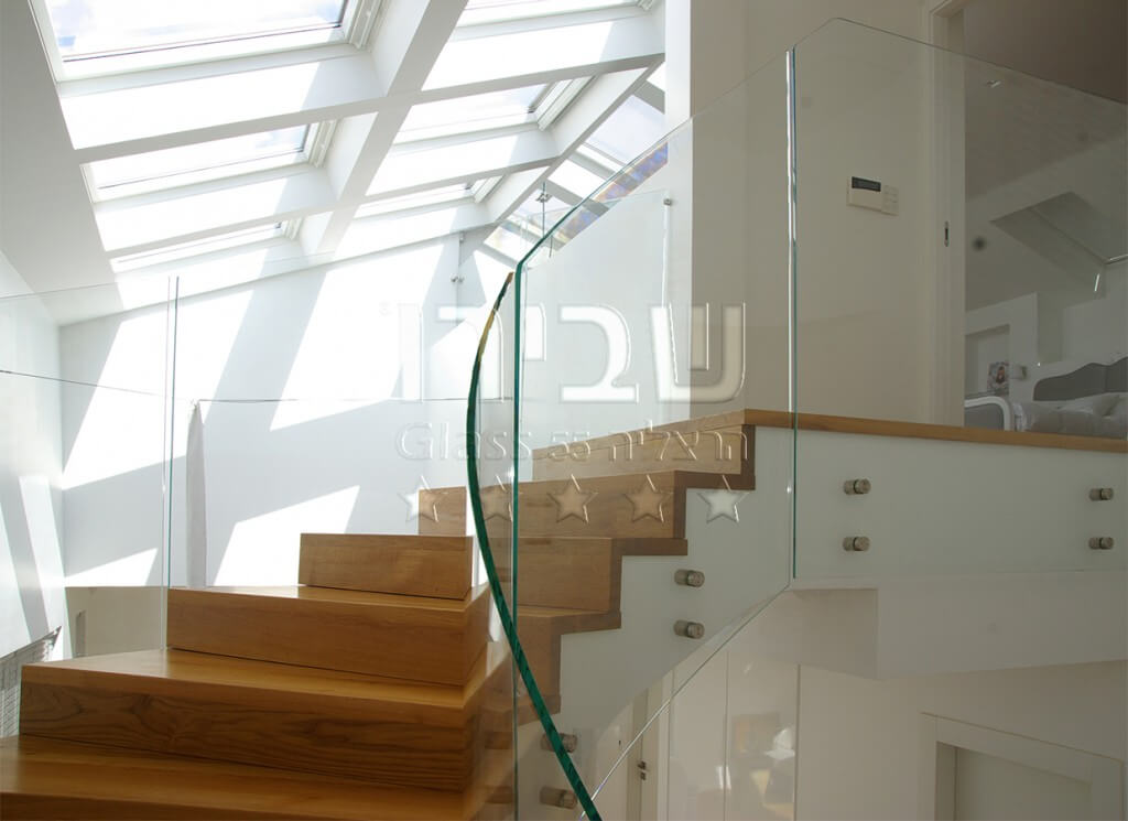 מעקה זכוכית למדרגות בסטייל מכופף ספירלי 3