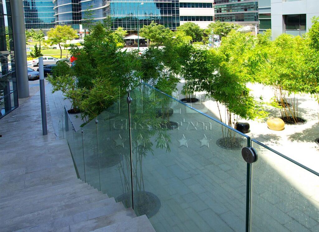 מעקות זכוכית למדרגות המרפסת