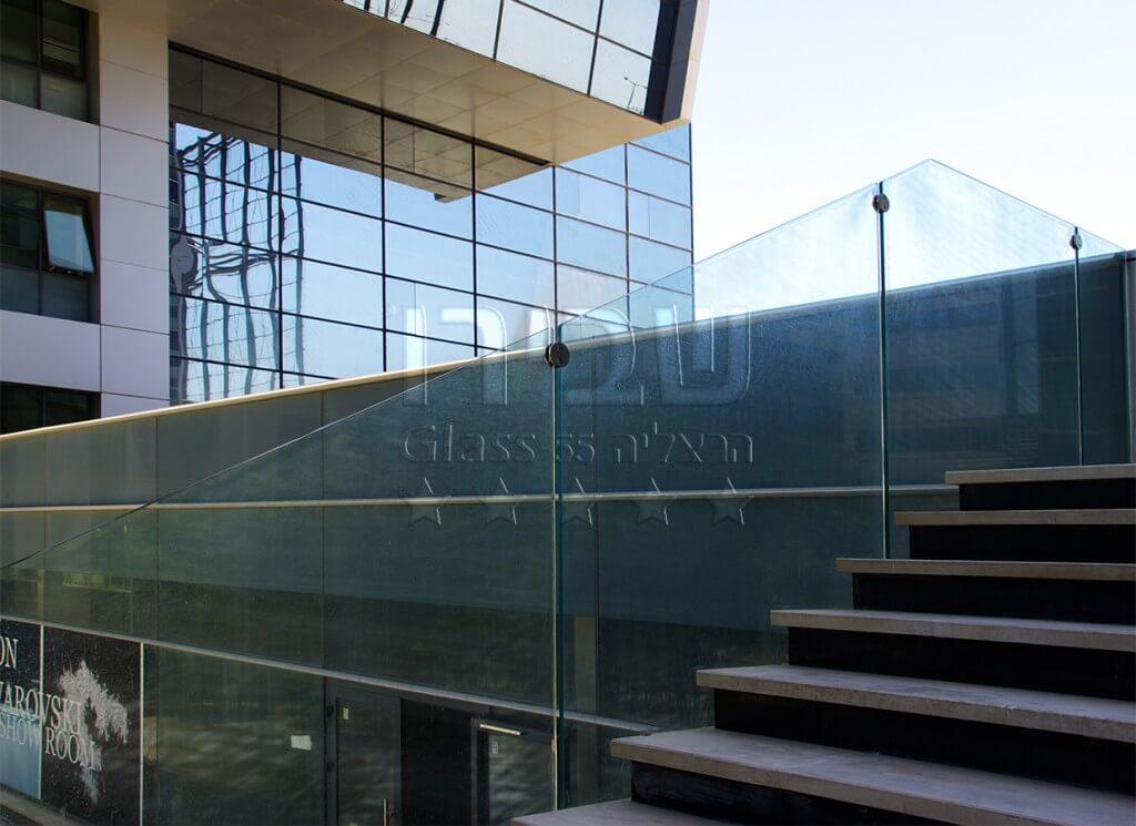 מעקה זכוכית למרפסת עם חיזוקי מנט