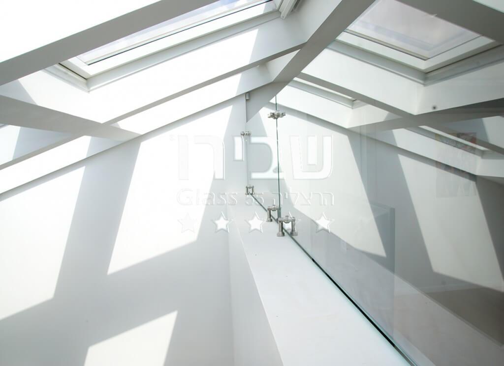 תקרה של סקיילייט ומעקה מזכוכית