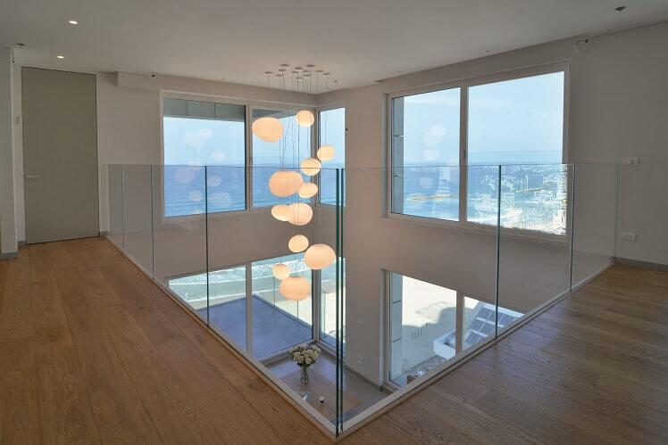 מעקה זכוכית למרפסת פנימית